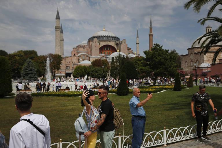 Turistas fazem selfie com Santa Sofia ao fundo, em Istambul