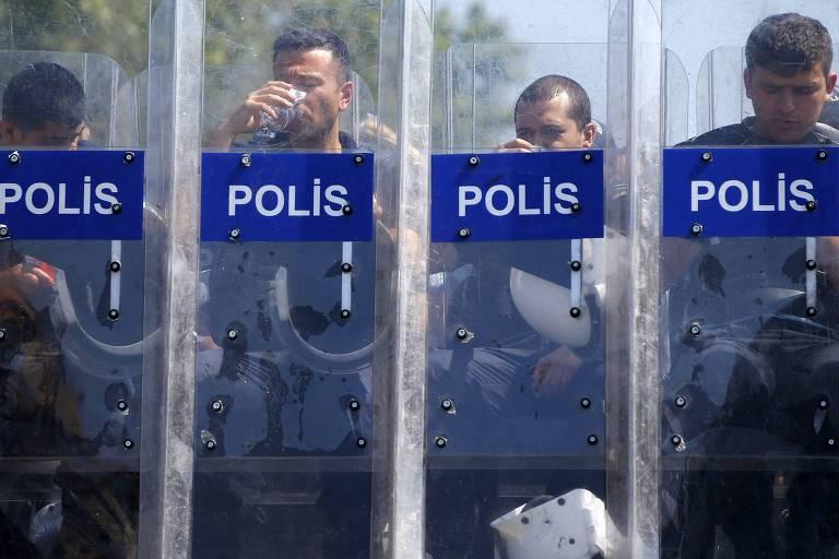 Policiais turcos durante protesto na praça Taksim, em Istambul, em 2013