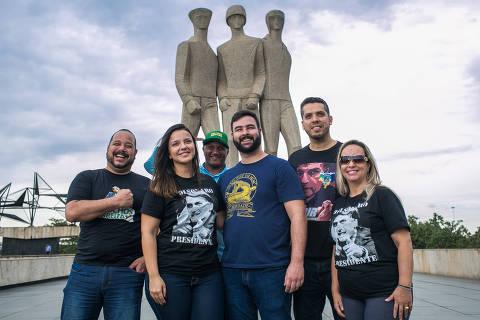 Voluntários de Bolsonaro espalham 'Bolsa Palavra' para vender candidato
