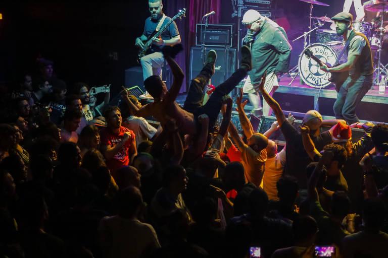 03bfb15dde0f7 Apresentação da banda Garotos Podres no Hangar 110, casa de shows do  underground paulistano,