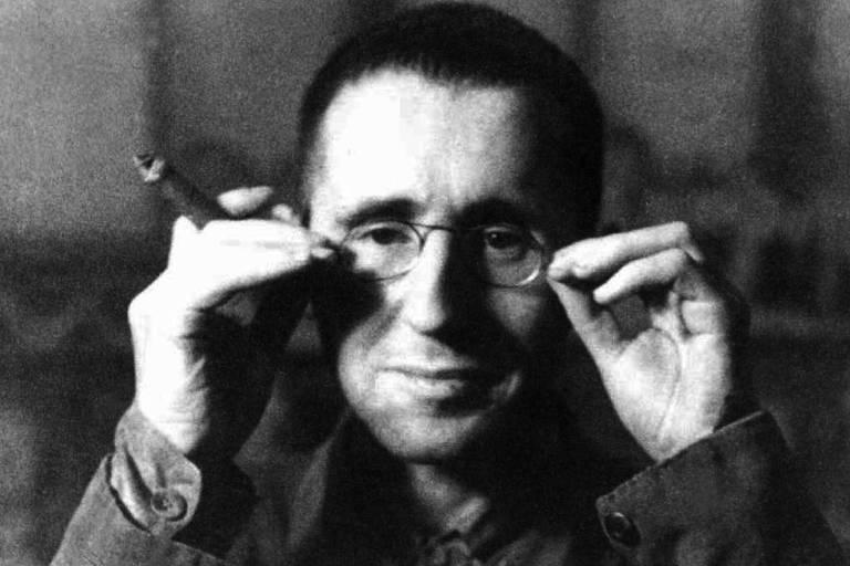 O dramaturgo alemão Bertold Brecht  de óculos