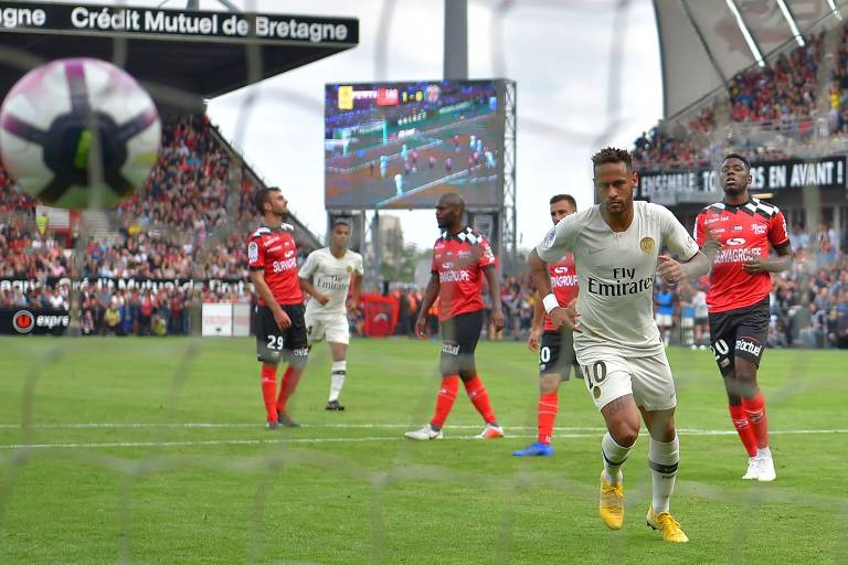 O atacante brasileiro Neymar observa a bola nas redes após converter o pênalti na vitória do Paris Saint-Germain sobre o Guingamp no sábado (18), pelo Campeonato Francês