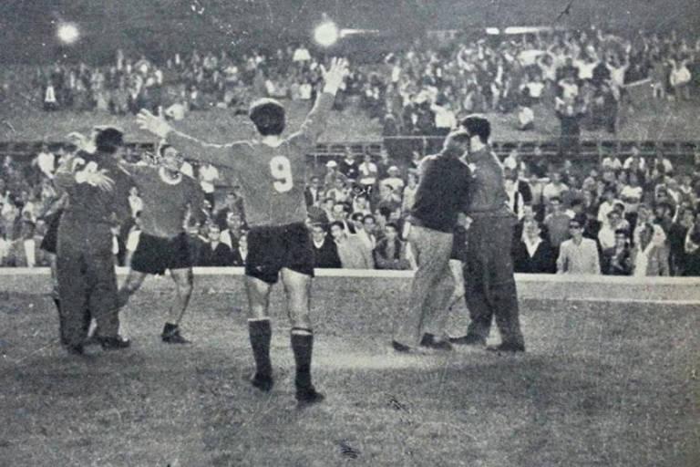 Independiente vence o Santos por 3 a 2, no Maracanã, no jogo de ida das semifinais de 1964