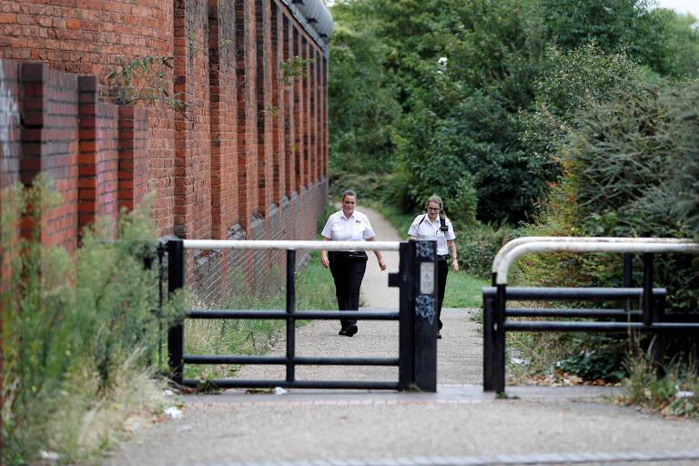 Funcionários do lado de fora do presídio de Birmingham, no Reino Unido, retomado da iniciativa privada