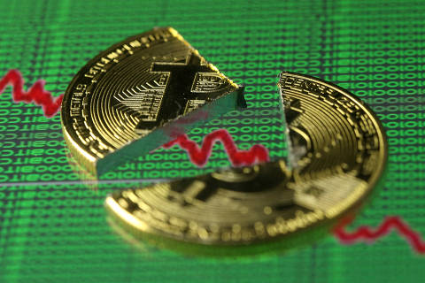 FILE PHOTO: Broken representation of the Bitcoin virtual currency, placed on a monitor that displays stock graph and binary codes, are seen in this illustration picture, December 21, 2017. REUTERS/Dado Ruvic/Illustration/File Photo ORG XMIT: TOPTW306