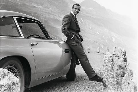 Sean Connery ao lado do carro DB5, de 1964 da Aston Martin, em cena no filme 007