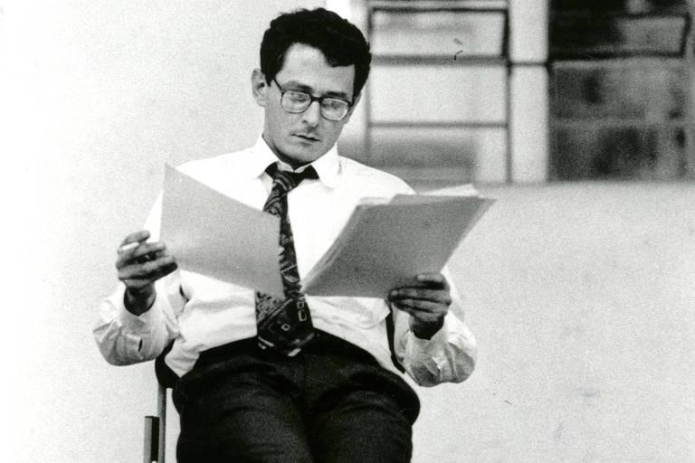 """Otavio Frias Filho em leitura da peça """"Rancor"""", de sua autoria, na Oficina Oswald de Andrade, em 1993"""