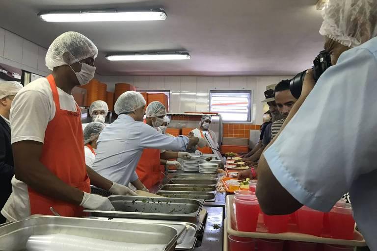 O candidato do PSB ao governo de São Paulo, Márcio França, distribui comida no Bom Prato de Taboão da Serra