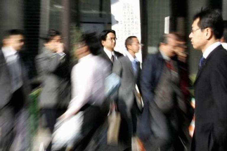 Uma pesquisa apontou que 20% dos profissionais japoneses faziam mais de 80 horas extras por mês