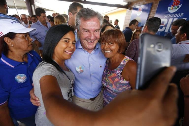 Collor tira selfie ao lado de duas apoiadoras