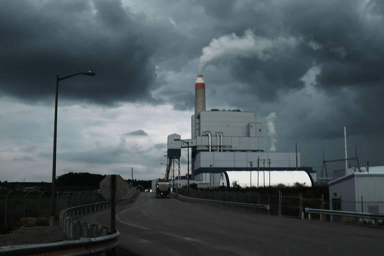 Usina de energia a carvão nos EUA, com um céu escuro ao fundo