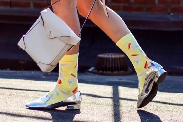 Lojas investem na venda de meias divertidas.