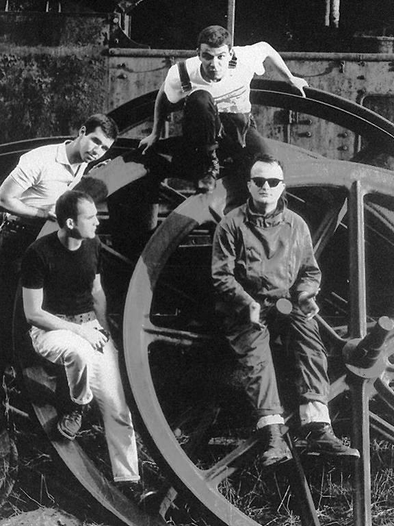 No sentido horário, da esq. para a dir.: Português, Mauro, Sukata e Mao em formação da Garotos Podres nos anos 1990
