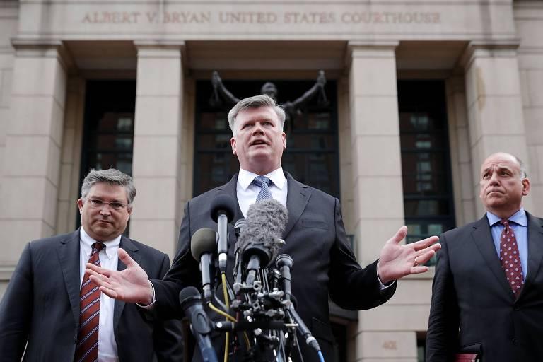 Richard Westling, Kevin Downing e Thomas Zehnle, advogados de Paul Manafort, falam em Alexandria, no estado da Virgínia, nos EUA