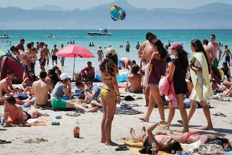 Turistas na praia, em Maiorca