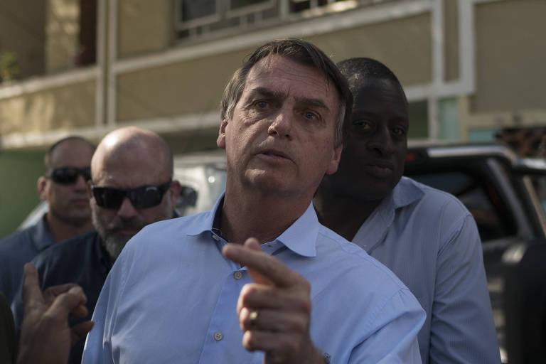 O presidenciável Jair Bolsonaro (PSL) deixa cemitério após assistir ao funeral de soldado que morreu em confronto no Rio de Janeiro