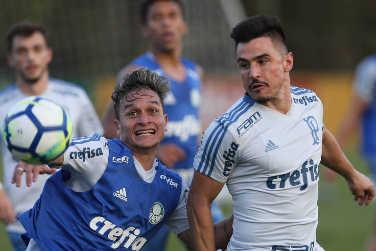 Os jogadores Artur (à esq.) e Willian olham para uma bola em disputa durante treinamento do Palmeiras