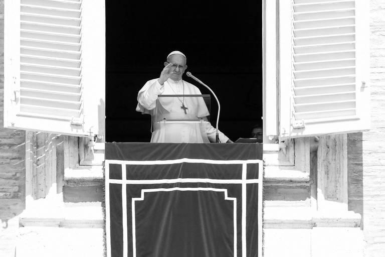 O papa Francisco acena antes de discurso no Vaticano