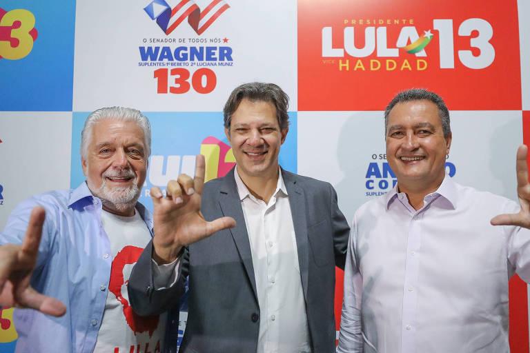 """Fernando Haddad, vice na chapa de Lula, Rui Costa e Jaques Wagner fazendo a letra """"L"""" de Lula com a mão"""