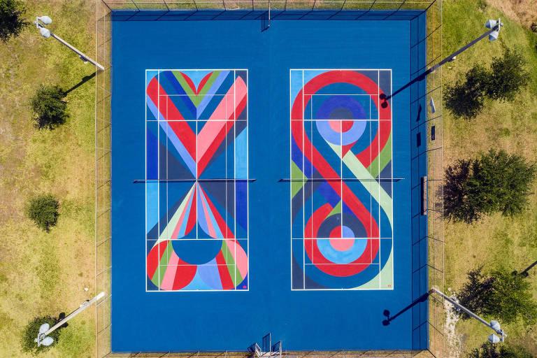 Quadras com linhas coloridas desenhadas pela KiiK Create, a dupla de artistas formada por Manoela del Pilar Madera Nadal e David Gray Edgerton, em Miami