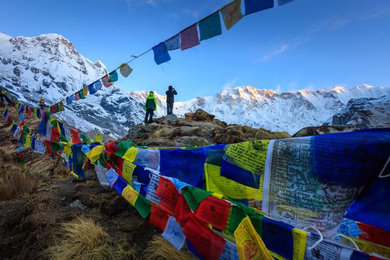 Bandeiras budistas de oração no acampamento-base de Annapurna, no Nepal; o guia de montanha e fotógrafo Edson Vandeira, 29, visitou o país pela primeira vez entre abril e maio desse ano