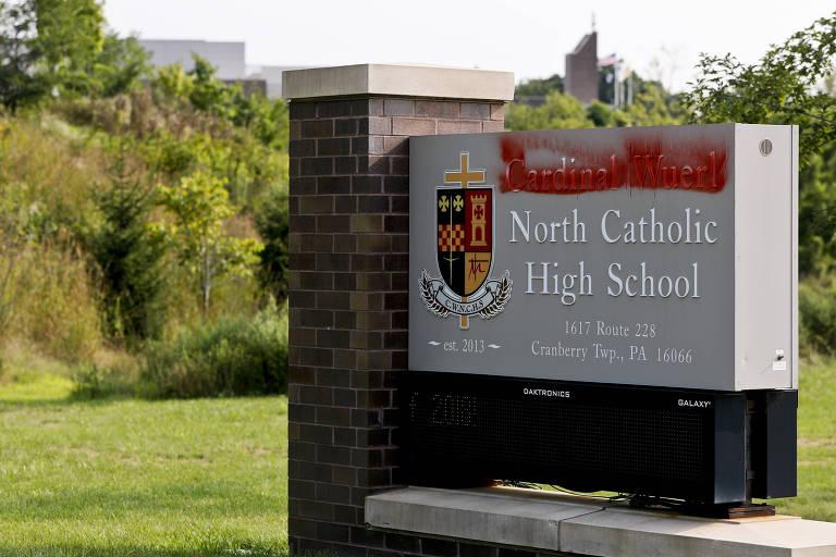 A placa que identifica a escola teve o nome do cardeal Wuerl pichada após a divulgação do relatório