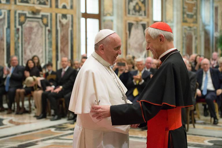 O cardeal Donald Wuerl (dir.) em encontro com o papa Francisco no Vaticano em 2015