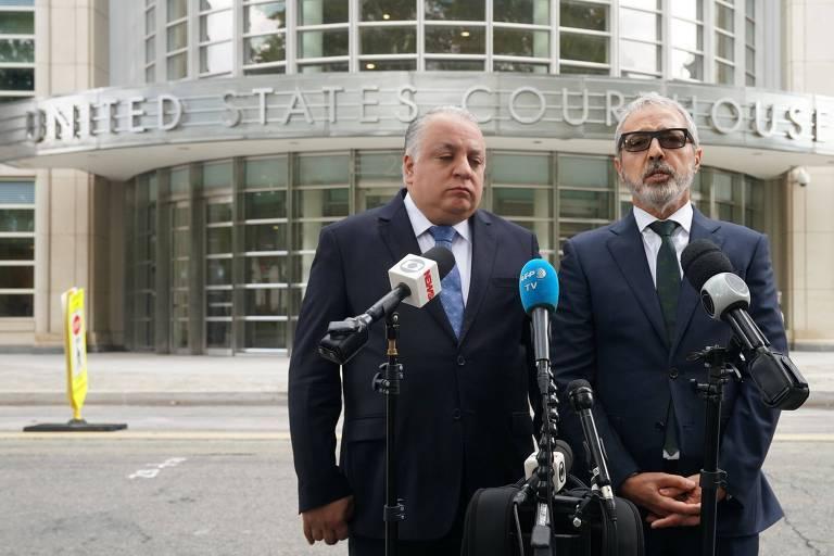 Os advogados Paulo Peixoto (esquerda) e Julio Barbosa falam com os jornalistas após a divulgação da sentença de quatro anos de prisão para o ex-presidente da CBF, José Maria Marin