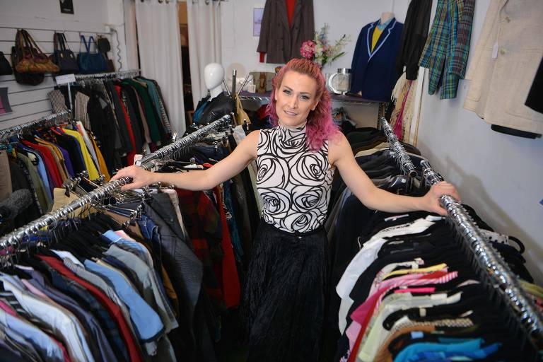 Sarah Freeman em sua loja de aluguel de vestidos de festa, em Sidney
