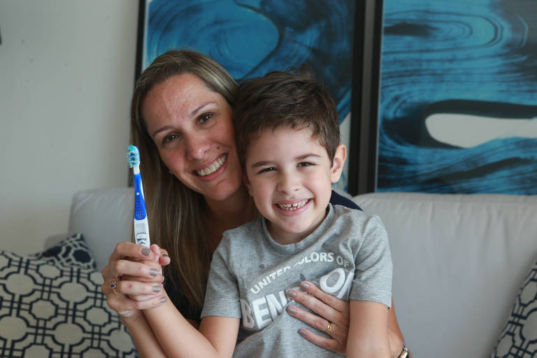 Telma Cruz, 40 anos, supervisiona a higiene bucal do filho, Gabriel, 4 anos.