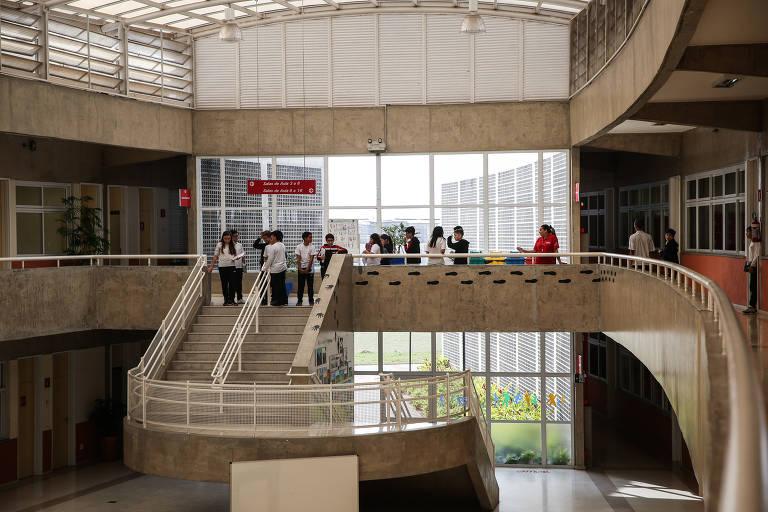 Área interna da unidade do Sesi em Carapicuíba, na grande São Paulo; na foto, vê-se um hall com amplas janelas, cobrindo toda uma parede, e escadas e rampas circulares, de cimento