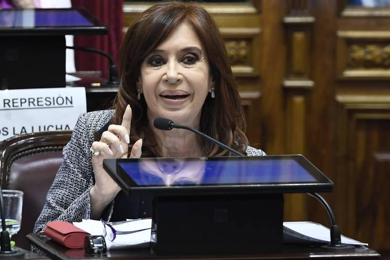 Cristina Kirchner faz discurso durante a votação no Senado que autorizou a revista de três casas da senadora