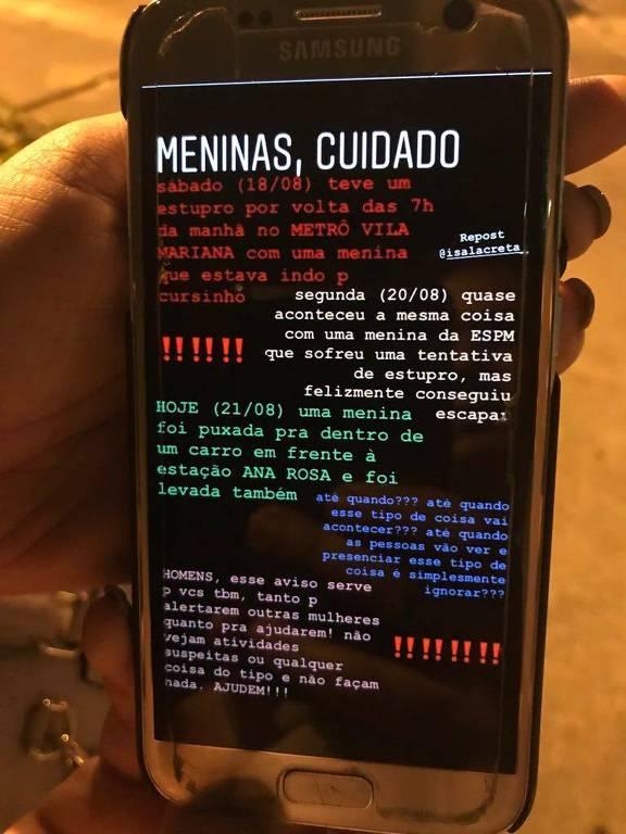 Uma mão segura um celular Samsung com uma imagem na tela, print de uma story do Instagram com vários relatos dos supostos ataques na região da Vila Mariana, escritos em cores diferentes