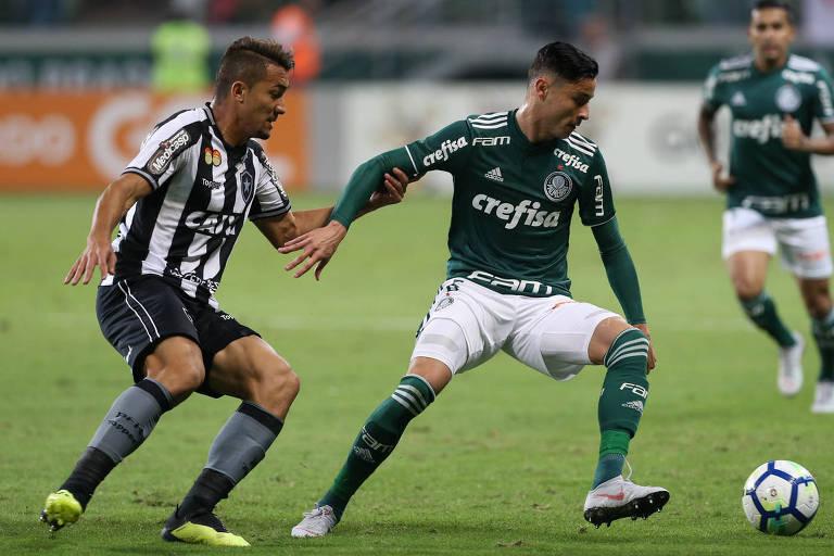 O jogador Diogo Barbosa, do Palmeiras, disputa bola com Jean, do Botafogo