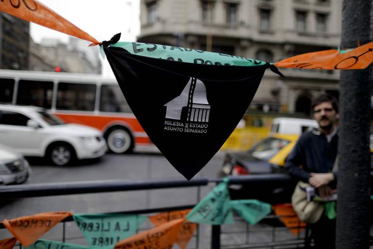 Lenço pelo Estado laico em poste de Buenos Aires