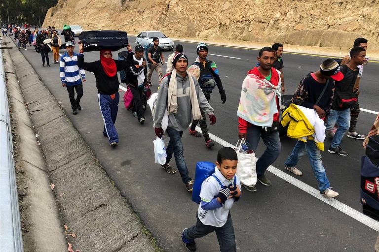 Migrantes venezuelanos caminham em rodovia do Equador a caminho do Peru antes de nova regra na fronteira equatoriana que exige passaporte
