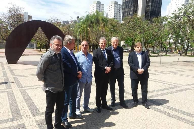 Ao lado de Adalclever Lopes (MDB), de gravata, o ex-prefeito Marcio Lacerda e líderes partidários anunciam candidato a governo da coligação