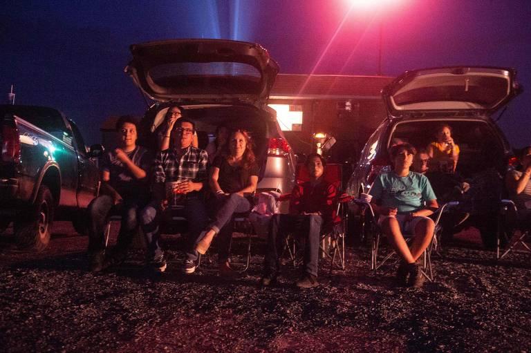 Família acompanha filme em drive-in em Stephens City, na Virgínia