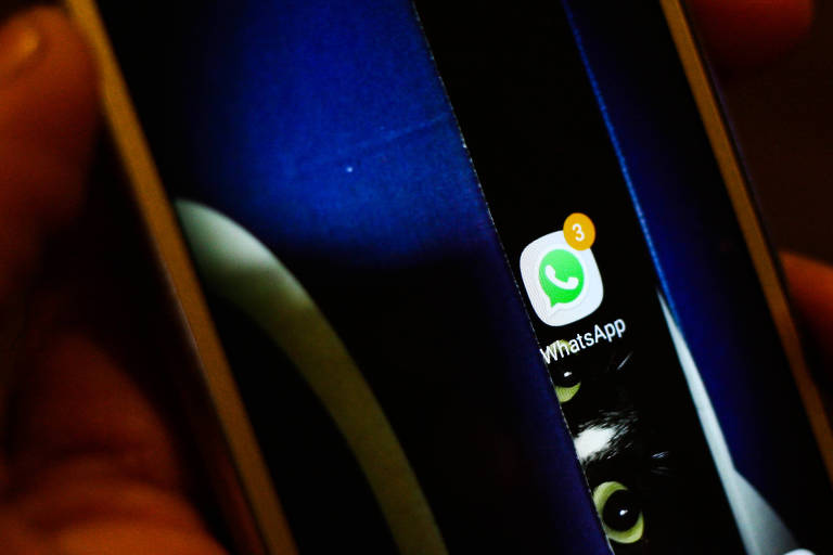 Tela escura do celular com aplicativo do WhatsApp