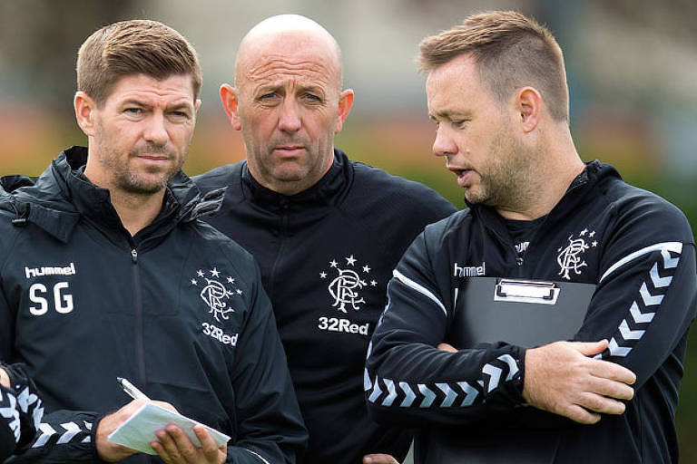 Michael Beale conversa com Steven Gerrard durante treino do Rangers