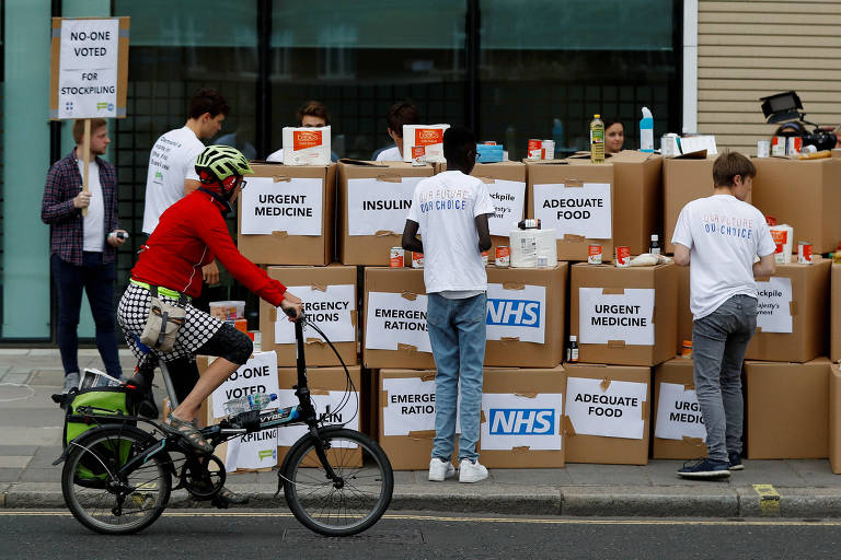 Protesto em Londres contra a possibilidade de que pessoas tenham que estocar comida e remédios por causa do 'brexit'