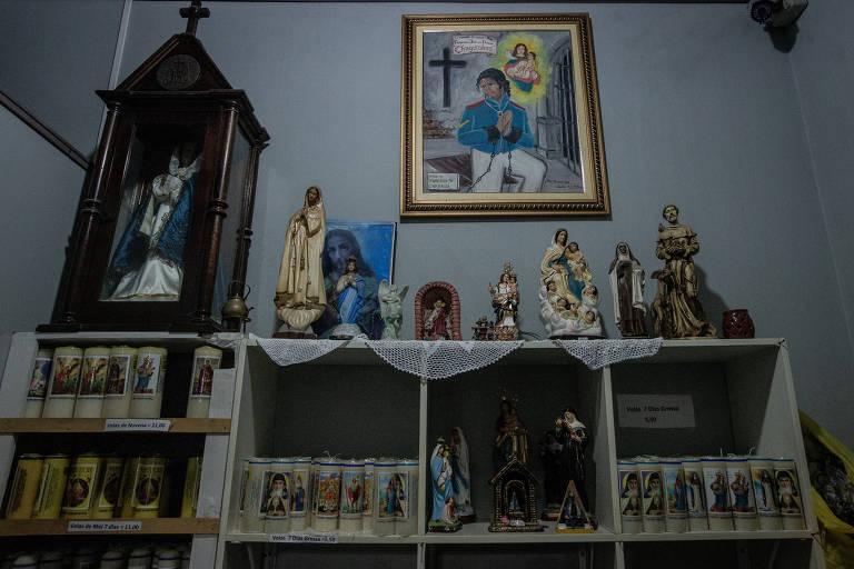 Santos e quadro de santo em parede