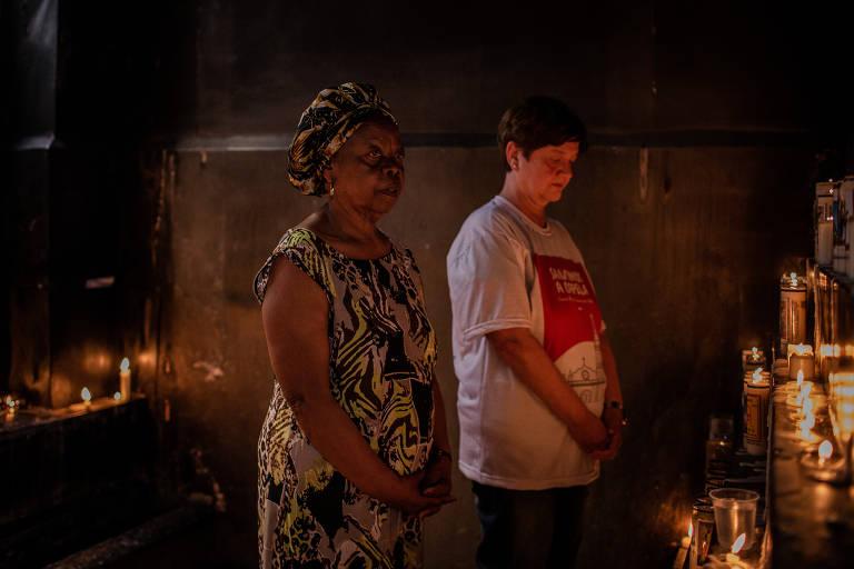 Zilda Losada Pratti, 61, Maria das Graças Silva Carneiro, 72, durante oração no velário da capela, muito procurado por pessoas de diferentes religiões