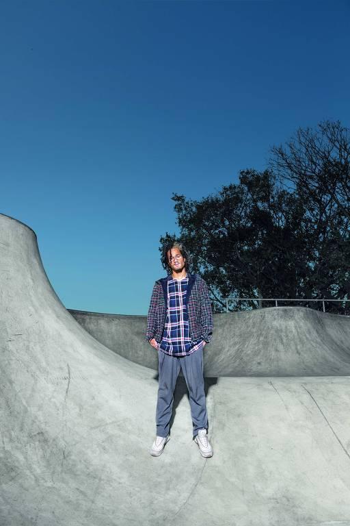 Modelo posa em pista de skate