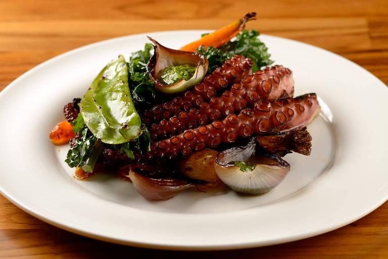 Polvo grelhado com legumes confitados servido no novo restaurante Ânima Mea
