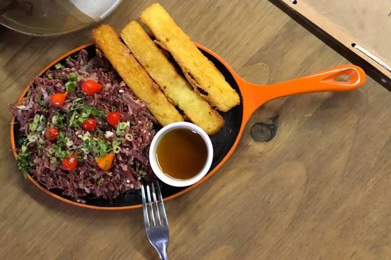 Carne-seca com mandioca do restaurante Cajueiro, na zona norte