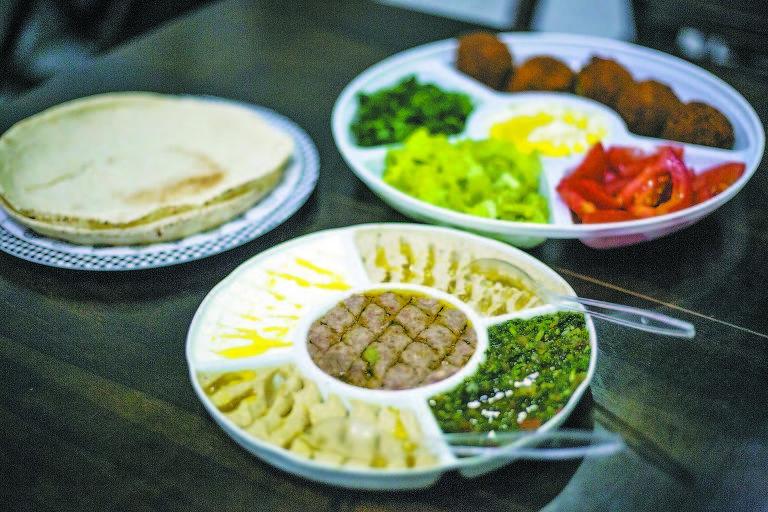 Pastas árabes e porção de falafel
