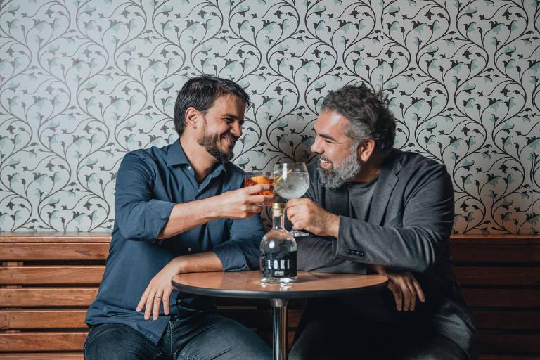 Os sócios da nova marca de gim Loki, Márcos Oliveira (à esquerda) e Mário Lins. (Gabriel Cabral/Folhapress)
