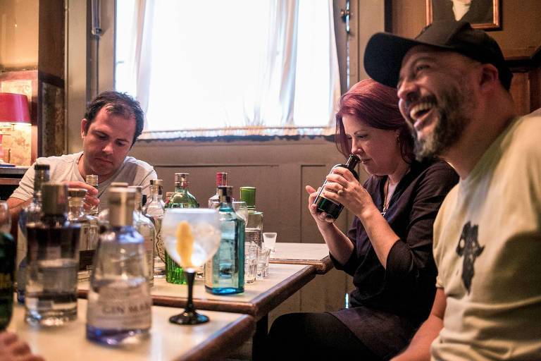 O chef Oscar Bosh, do Tanit, e os bartenders Néli Pereira, do Espaço Zebra, e Márcio Silva, do Guilhotina, discutem os diferentes perfis aromáticos do gim