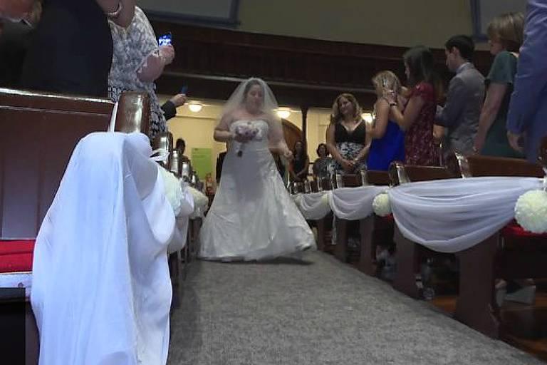 Resultado de imagem para Mulher que perdeu braços e pernas entra andando em igreja para casamento
